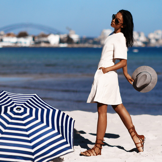 Margaret Zhang - Marc By Jacobs Oversized Sunnies, 3.1 Phillip Lim Raw Edge Detail Dress, Club Monaco Felt Hat, Schutz Gladiator Sanals, Madewell Umbrella - She sells sea shells