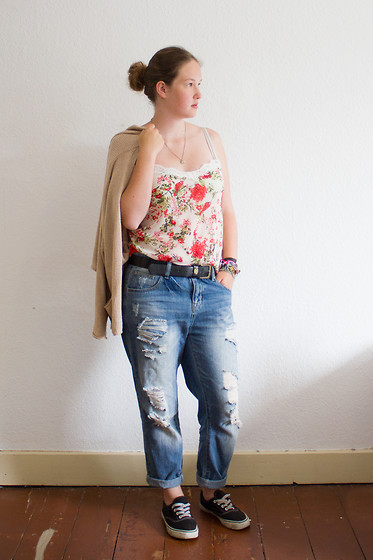 Wiebke S - Lace Cami, Boyfriend Jeans, H&M Oversize Cardigan - Friday I'm in love