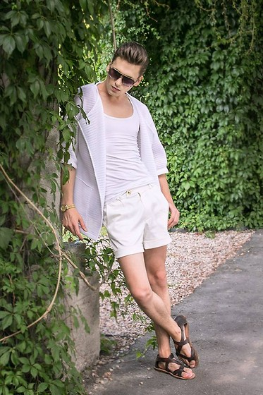 Łukasz Omiotek - Sunglasses Carrera, Shorts Designed By Myself, Zara Sandals, Sweatshirts Basic Station - JUNGLE