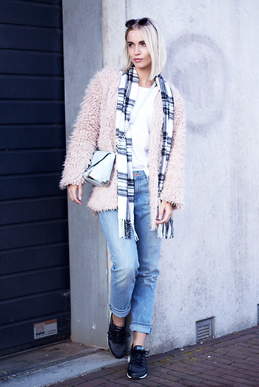 Anita VDH - Azuka Pastel Fluffy Coat, Primark Pastel Shoulder Bag, H&M Boyfriend Jeans, Ecco Grey/Black Sneakers - A Brighter Day