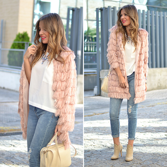 Helena Cueva - Fashion Pills Coat, Stradivarius Top, Pull & Bear Jeans, Zara Booties, Stradivarius Handbag, Zara Necklace - Pink Little Threads