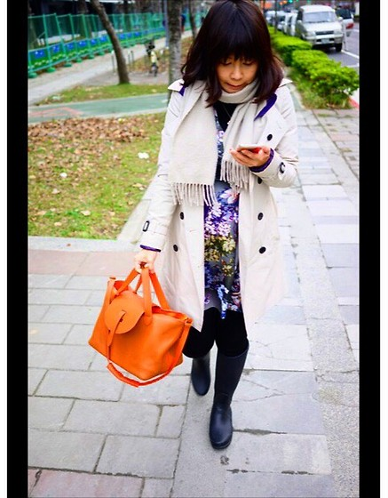 Emma Wu - Melimelo Bags, Hermës Cashmere, Burberry Trench Coat, Topshop Flower Print Dress, Hunter Rainboot - Hurry up