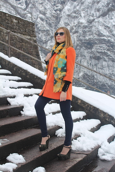 Valeria Arizzi - Lupattelli Coat, Ray Ban Round Sunglasses, Giambattista Valli Peep Toe Wedges, Zara Scarf - SEVENTIES FASHION TRENDS