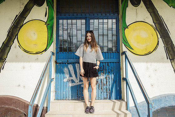 Emma Istvanffy - H&M Shorts, Frontrowshop Top, Vagabond Sneakers - Oasis