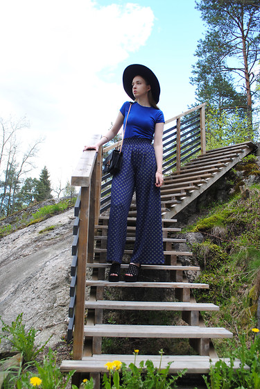 Noora V - H&M Trousers, Lumi Bag, Zara Shoes, H&M T Shirt, H&M Hat - Blue & Gold