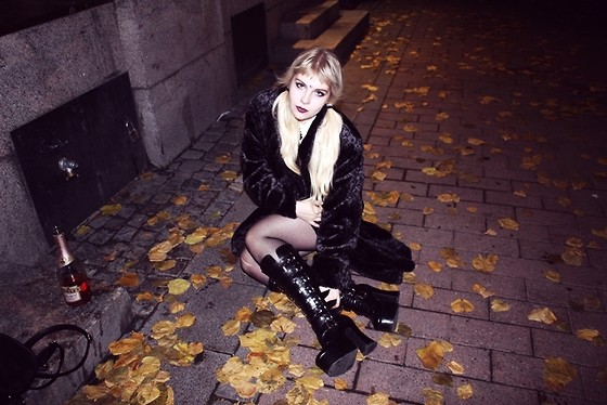 Thelma Malna - 2nd Hand Faux Fur Jacket, Ebay Velvet Dress, Demonia Boots - HALLOWEEN