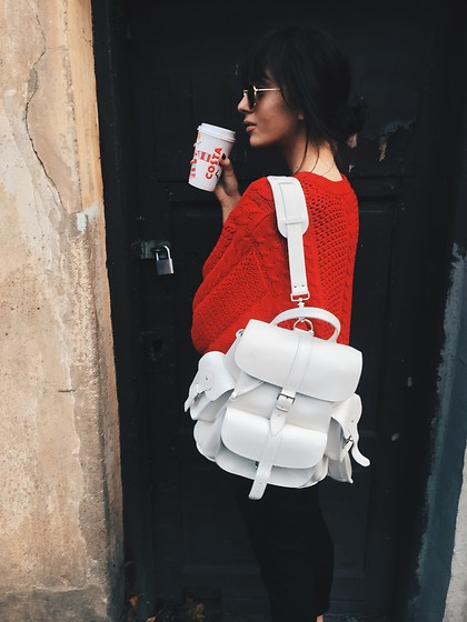 Agnija Grigule - Ray Ban Round Sunglasses, Grafea White Leather Backpack, Zara Trousers - CHRISTMAS IS COMING
