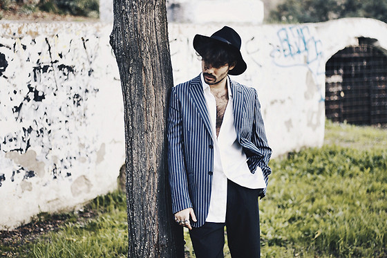 JJ Reyes - H&M Hat, Fórmula Joven Blazer, H&M Shirt, Pull & Bear Trousers - STRIPED