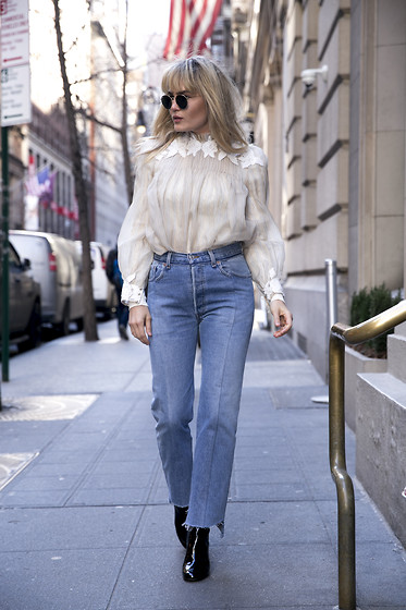 BROOKE TESTONI -  - WEARING THE JEANS OF THE MOMENT