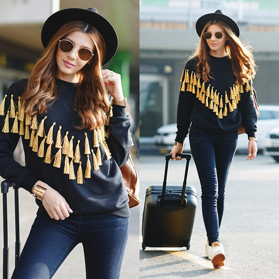 Larisa Costea - Shein Sweatshirt - Airport outfit 3