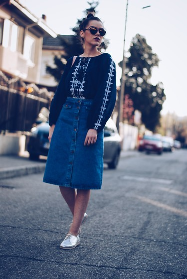 Andreea Birsan - Christian Dior Sunglasses, Lucky Brand Embroidered Shirt, Zara Midi Denim Skirt, Silver Shoes, Zara Pink Backpack - Midi denim skirt & embroidered shirt