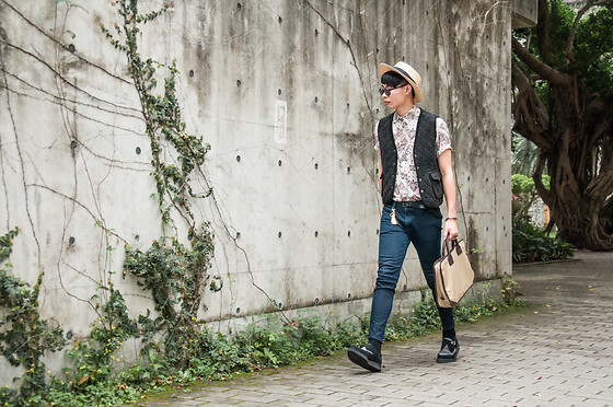 Anan Chien - Tastemaker 達新美 Hat, Tastemaker 達新美 Shirt, Uniqlo Skinny Jeans, Underground Leather Shoes - Spring-summer