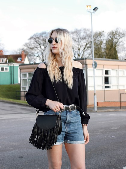 Charlotte Buttrick Lewis - Asos Mom Denim Shorts, In The Style Tassel Bag Chloe Hudson Dupe, Revolve Clothing Off Shoulder Top, Ray Ban Round Sunglasses - Mom Denim Shorts & Off The Shoulder Details