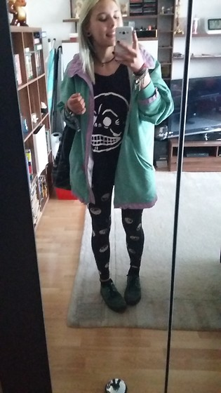 Kelly Doll - Fila Oldschool Jacket, H&M Yin Yang Leggings, Underground Green Creepers, Cheap Monday Black T - Happy in my moms jacket
