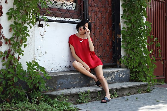 Ewa Macherowska - Second Hand Top, No Name Slides Shoes, Diy Choker, No Name Necklace, No Name Sunnies - Red lips