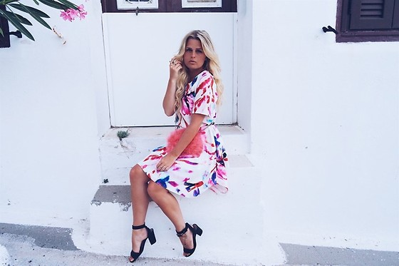Emmy Nikolausson - Closet London Dress, Dinsko Shoes, River Island Fluffy Bag - GREECE LOVIN'