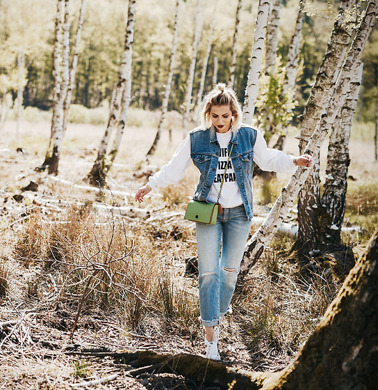 Masha Sedgwick - Levi's® Vest, Missguided Sweater, Keds Shoes, Coach Bag - In the forest
