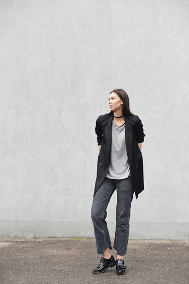 Toma Muznikaitė - Zara Black Blazer, Vintage Choker, H&M Grey T Shirt, Arizona Jeans Grey Diy, Zara Black Boots - Grey on grey & that perfect blazer
