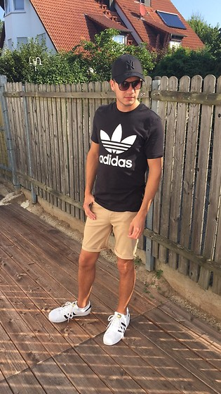 Sven A - Adidas T Shirt, Asos Shorts, Adidas Superstar, New Era 39thirty, Ray Ban Chris - Three Stripes