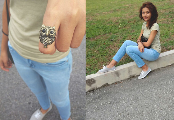 Shanaz AL - Bronze Owl Ring, Pale Green Tee, Sky Blue Jeans, Grey Sneakers - Let Life Show You