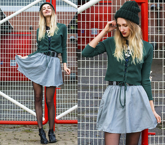 Eva Velt - Girlmerry Sweater, Skirt, Star Wars Shirt, Barracuda Shoes Ankle Boots, Beanie - Geek Alert