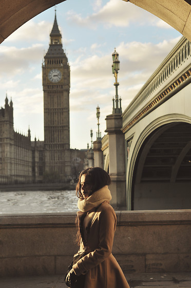Clara Campelo - Coat - London