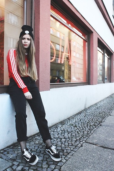 Elaine Hennings - Factory Fox Beanie, Vans Sneakers, Adidas Shirt, Pull & Bear Mom Jeans - STAR