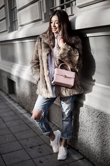 Thao Nhi Le - Ame Moi Pink Box Bag, H&M Ripped Jeans - Embrace the It Girl Shade