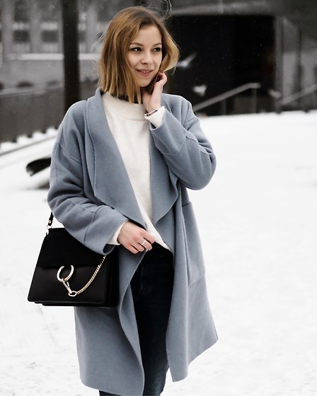 Mai - Zara Blue Coat, Chloé Faye, Zara Oversized Sweater, Levi's® Levi's - White Berlin