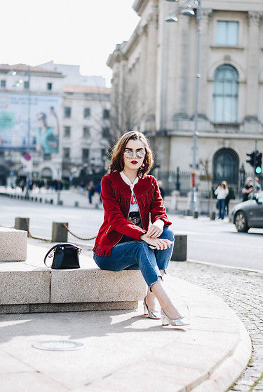 Andreea Birsan - Fringed Suede Jacket, Round Mirrored Sunglasses, Graphic T Shirt, Mini Piper S Bag, Step Hem Two Tone Mom Jeans, Silver Metallic Block Heel Pumps - The red suede jacket