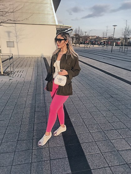 Jasmin Lamia - Zara Jeans, Moschino Bag, Missguided Sunglasses - PINK FLAVOR