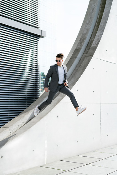 Kevin Elezaj - Reebok Sneakers, Digel Active Suit, Topman T Shirt, Komono Glasses - Active Suit