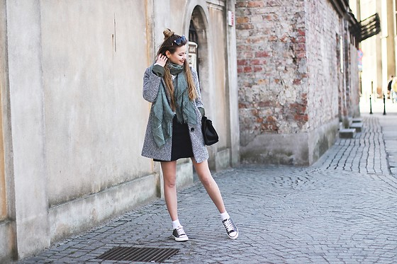 Juliette Jakubowska -  - HERRINGBONE WOMAN COAT AND TRAINERS WITH SOCKS
