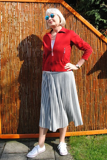 Reni E. - Red Vintage Cardigan, New Yorker Grey Pleated Skirt, Converse White Chucks - Sporty pleats