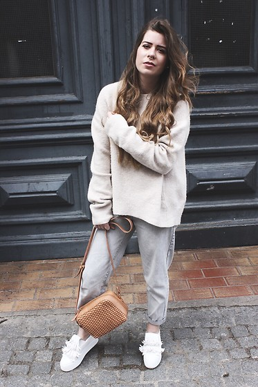 Elaine Hennings - Zara Jumper, &Other Stories Bag, Lost Ink Shoes, Pull & Bear Mom Jeans - The Chunky Knit