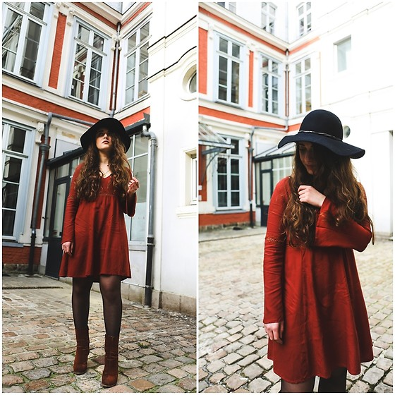 Axelle et ses caprices - Pimkie Black Floppy Hat, Even & Odd Large Sleeves Dress, Mango Suede Boots - Seventies