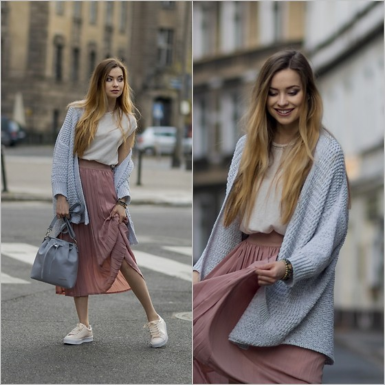 Juliette Jakubowska -  - PLEATED SKIRT AND OUTFIT FOR GIRLS WITH BLONDE HAIR