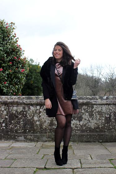 Joana Sá - Zara Fur Stole, Mango Black Blazer, Zara Rose Velvet Dress, Primark Bag, Zara Black Ankle Boots - Rose velvet