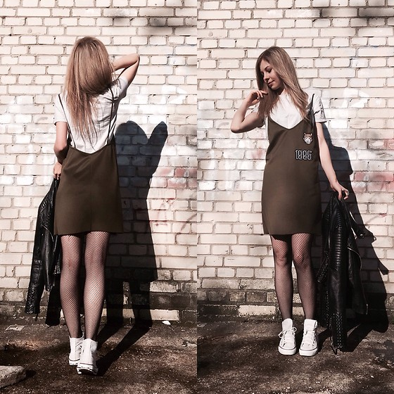 Dominika & Ola - Zara Strappydress, Converse - By the wall