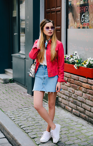 Juliette Jakubowska -  - Red denim jacket and denim mini skirt