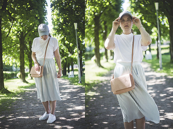 Ingrid Wenell - Adidas Cap, H&M Top, Mango Pleated Skirt, Mango Bag, Adidas Sneakers - Under the avenue