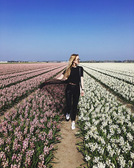 Anna Pogribnyak - Nobody's Child Top, Lacoste Sneakers, H&M Pants - Blooming field