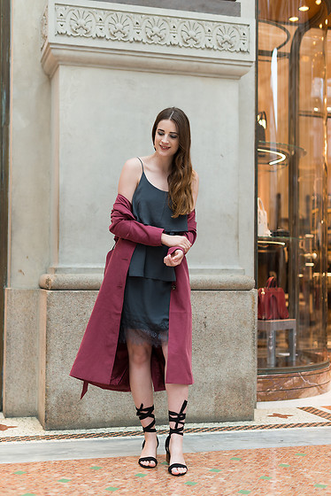 Andrea Funk / andysparkles.de - Monki Trenchcoat, Vila Dress - Burgundy Trenchcoat