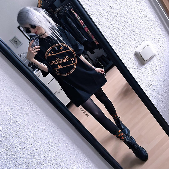 Kimi Peri - Dr. Martens Vegan Boots, Happy Socks Geometric, Tights, Mercredi Mediocre Tee, Choker, Solrayz Wolf Necklace, Vintage Glasses - A Touch of Orange