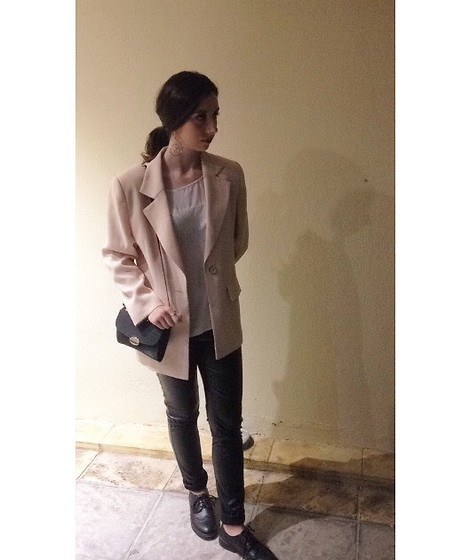 Μελίνα Στόγια - Black Oxford, Zara White T Shirt, Oval Earrings - Night out