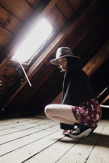 Wonderstyle - H&M Vintage Hat, Zara Thick Sweater, H&M Flora Shorts, Converse Sneakers - The Attic