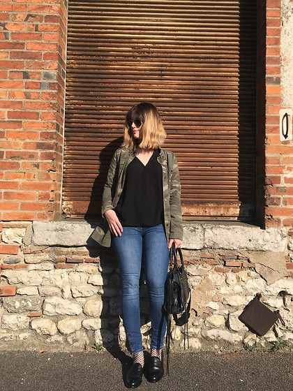 The laid-back girl Léa - Sincerly Jules Military Jacket, Maje Shirt, H&M Jeans, Bt London Moccasins - Fishnet and moccasins