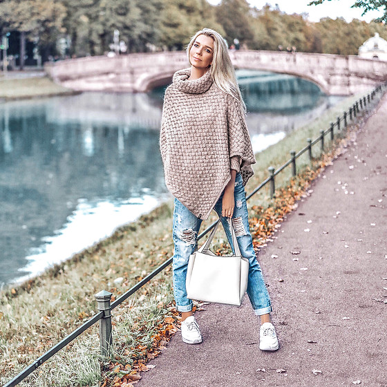 Vera Hutterer - Cinque Poncho, Superdry Blue Destroyed Mom Jeans, Zara Shopper, Nike Air Max Sneakers - Poncho & Mom Jeans | la-blonde.com