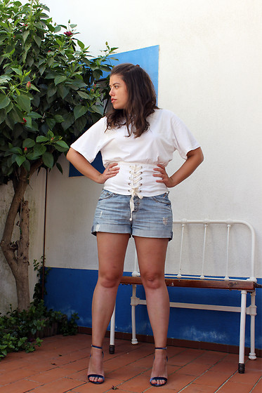 Joana Sá - Zara T Shirt, Bershka Denim Shorts, Stradivarius Sandals - Tee love