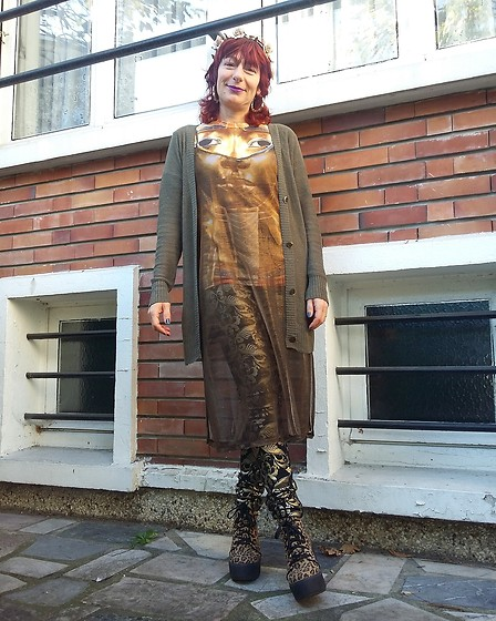 Luna Tiger - Primark Golden Crown, New Look Bamboo Earrings, Forever 21 Transparent Golden Dress, Mister Gugu And Miss Go Toutankhamon Tee Shirt, Uniqlo Silk Long Cardi, Asos Baroque Pants, Asos Plateform Leo Shoes - When it's cold I'm Baroque